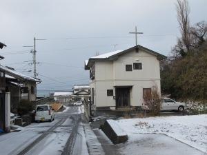 Jeg bor i kirkens 2.etasje, og kirken befinner seg i et boligfelt.